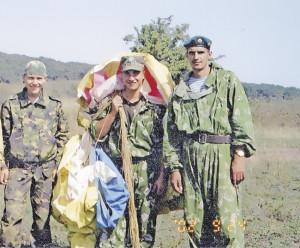 Полученная Александром Егоровым (справа) воздушно-десантная подготовка очень пригодилась ему в горах Северного Кавказа