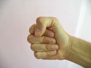 Как правильно держать кулак в ударе